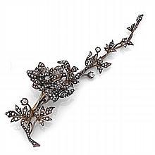 BROCHE TREMBLEUSE en argent et or formée d'un rameau fleuri articulé serti de diamants taillés en rose et à l'ancienne (systèmes à...