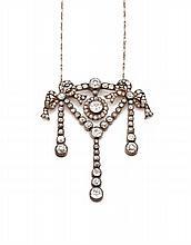 PENDENTIF en argent et alliage d'or 9k à décor de noeuds de ruban, guirlandes et pampilles, serties de diamants taillés à l'ancien...