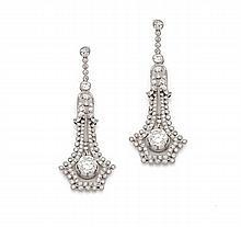 PAIRE DE PENDANTS D'OREILLES en platine et or gris de style belle époque en forme de clochettes finement serties de diamants taill...
