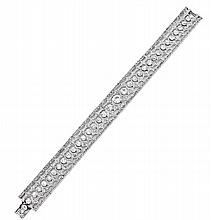 BRACELET en platine dit lanière formé d'un ruban souple orné en serti clos d'une chute de diamants taillés à l'ancienne entre deux..