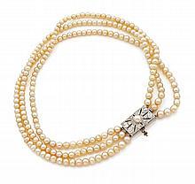 COLLIER trois rangs de perles fines en chute, le fermoir rectangulaire en platine et or gris serti de diamants taillés à l'ancienn...