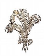 EXCEPTIONNELLE BROCHE  Exécutée Vers 1870 en or jaune et argent dite plumet faite de trois plumes adaptables cintrées s'enroulant...