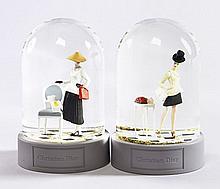 DIOR, Deux boules de neige à décor de mannequins, l'un habillé