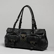 PRADA, Sac à main en cuir souple noir d'inspiration cartable. Deux anses réglables, garniture en métal anthracite, fermeture par deu..