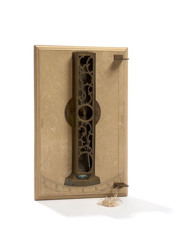 BOUSSOLE DE DÉCLINAISON MAGNÉTIQUE EN LAITON ET ACIER AVEC SOCLE EN PIERRE CALCAIRE, AUGSBOURG, VERS 1785 De G. F. Brander