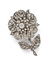 BROCHE-PENDENTIF FLEUR En argent et or jaune 9k (375), à cinq pétales et deux feuilles sertis de diamants taillés en rose, au cent...