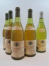 5 bouteilles 4 bts : CHABLIS 1979 Grand cru Moutonne. Long Depaquit (dont 2 à 3 cm et 1 à 3,5 cm, étiquettes tachées)