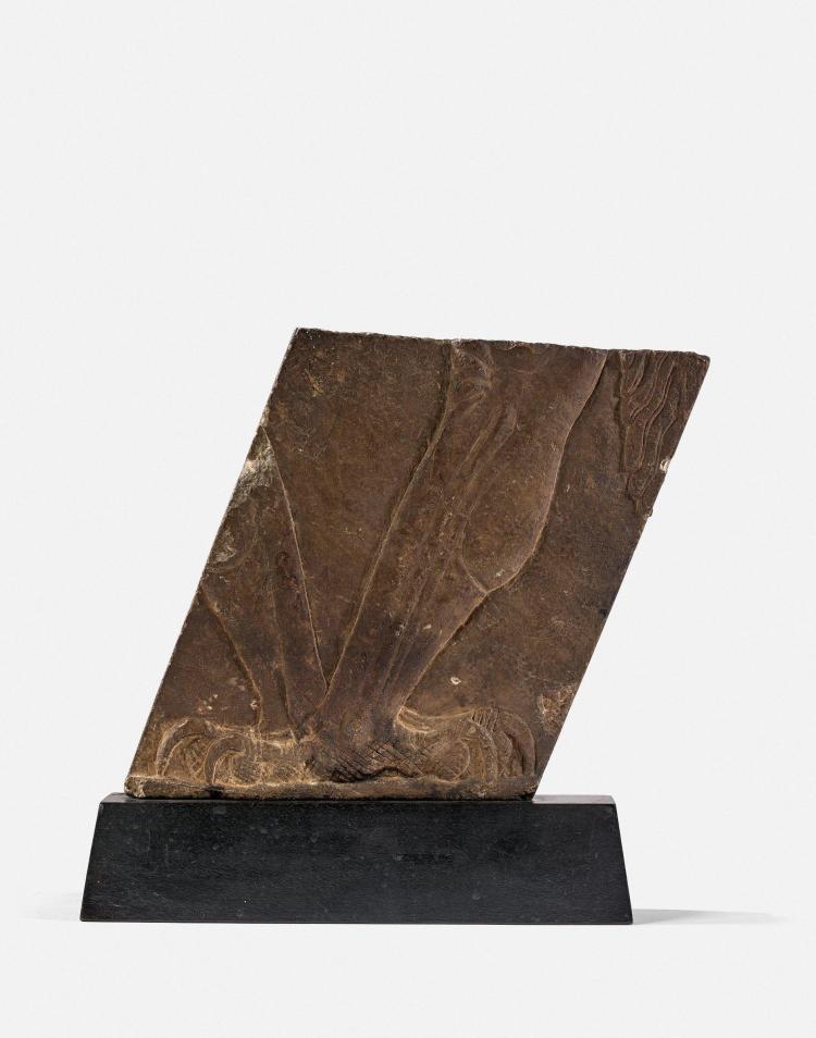 FRAGMENT DE BAS-RELIEF EN PIERRE, MÉSOPOTAMIE, NINIVE, VIIe SIÈCLE AV. J.C.