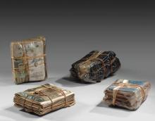 CHRISTO (Né en 1935) WRAPPED MAGAZINES & WRAPPED CLOTH - 1967 Papier, tissu, plastique et corde (4 éléments)