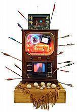 Nam June PAIK (1932 - 2006) COUCH POTATOES IN TAOS - 1991 Installation avec postes de télévision, flèches, bois, plastique, pierres,...
