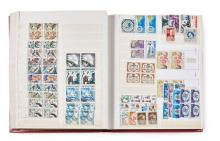 Principauté de Monaco - Un album contenant des timbres-poste neufs à partir des années 1950 dont de poste aérienne.
