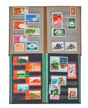 Chine - Deux carnets contenant des timbres de la période de la Révolution culturelle neufs et oblitérés.