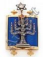 PENDENTIF en or jaune guilloché et argent, stylisé d'une Thora émaillée bleu, appliquée d'un chandelier à sept branches serti de d...