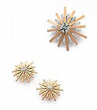 CLIP DE CORSAGE ET PAIRE DE CLIPS D'OREILLES En or jaune 18k (750) et platine (950), stylisé d'étoiles serties de diamants taillés...