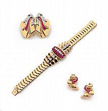 BRACELET, CLIP DE CORSAGE ET PAIRE DE CLIPS D'OREILLES En or jaune, or rose 18k (750), et platine (950), à décor de draperie et de...