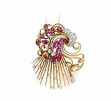 CLIP DE CORSAGE En or jaune 18k (750) et platine (950), à décor de gerbes et volutes sertis de diamants taillés en brillant et de...