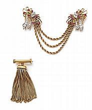 PAIRE DE CLIPS DE CORSAGE En or jaune 18k (750) et platine (950), en forme de nœuds de ruban ajourés sertis de diamants taillés en...