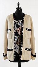 CHANEL, Ensemble top/veste en soie imprimée de cartes à jouer sur fond noir. La veste en lainage blanc gansé de tressage de laine no...