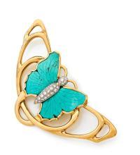 BROCHE DE STYLE ART NOUVEAU En or jaune et or gris 18k (750), ornée d'un papillon serti de diamants taillés en brillant, les ailes...