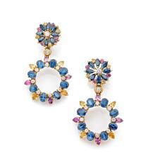 PAIRE DE PENDANTS D'OREILLES En or jaune 18k (750), formés chacun d'une rosace retenant un anneau, l'ensemble serti de saphirs jau..
