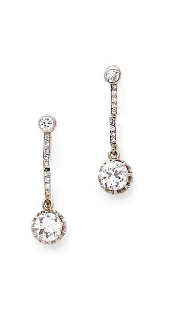 A PAIR OF DIAMOND, PLATINUM AND WHITE GOLD EAR PENDANTS, CIRCA 1925