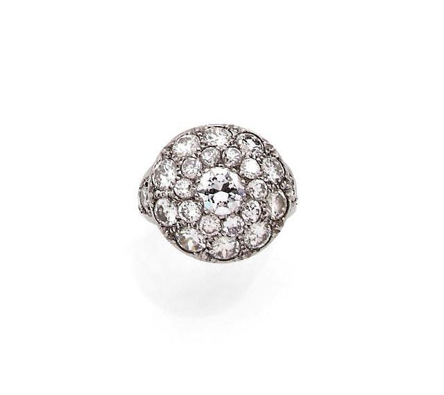 A DIAMOND AND WHITE GOLD RING, CIRCA 1930