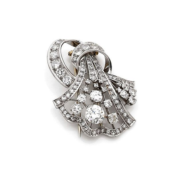 A DIAMOND, WHITE GOLD AND PLATINUM CLIP, CIRCA 1930