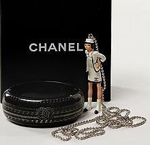 CHANEL, Printemps 2009, Un bracelet rigide articulé en résine noire incrustée de chaines et du sigle, signé sur plaque. Nombreuses r...