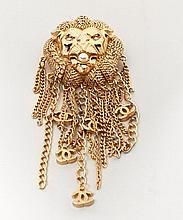 CHANEL Automne 2012, Broche en métal doré et perle bourgeoise figurant une tête de lion frangée de chainettes siglées, signée sur pl...