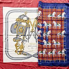 HERMES Paris, Deux carrés, l'un en mousseline de soie à motifs de chevaux sur fond à carreaux dans les tons bleu et rouge, l'autre e.