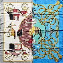 HERMES Paris, Deux carrés en twill de soie, l'un dans les tons bleu et or titré