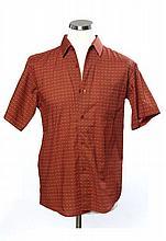 HERMES Paris made in France, Trois chemises pour homme, dont deux en coton, l'une à manches longues à décor d'étriers bleus sur fond.