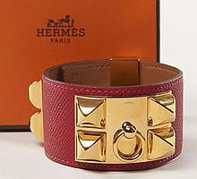 HERMES Paris, Bracelet Médor en cuir rouge et métal doré. Etat proche du neuf. Long. : 23 cm (Taille L). Medor bracelet in red lea...