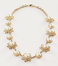 BALENCIAGA, circa 1985/90, Collier en métal doré et cabochons perlés, signé sur plaque. Necklace in golden metal and pearl cabochons.