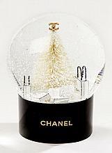 CHANEL, Ravissante boule de sapin de Noël en verre, le pied du sapin est garni de sacs de la Maison, le tout sous la neige. Parfait...