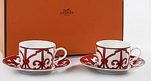 HERMES, Deux tasses à thé et leurs soucoupes en porcelaine blanche et rouge, modèle