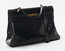 HERMES Paris, Sac Kelly 35 cm en box noir, cadenas, clé sous clochette. Importante patine d'usage. Kelly 35 in black box with padl...