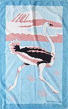 HERMES, Serviette de bain à décor d'une autruche dans les tons roses, blancs, bleus et noirs. Très bel état. Printed beach towel w...