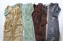 Lot comprenant : Une robe du soir et sa tunique dans les tons marrons à décor de fleurs brodées ;  Une robe du soir et sa tunique br...