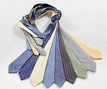 HERMES Paris, Neuf cravates en soie imprimée. Quelques très petites taches, une couture décousue sur l'une. Nine ties in silk. Som...
