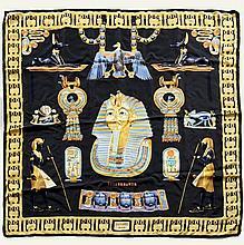 HERMES Paris, Carré en twill de soie Tutankhamun à fond noir et motifs Egyptiens. Bel état. 90 x 90cm. Silk twill scarf titled