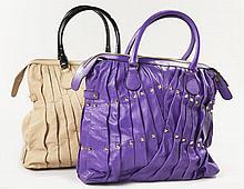 VALENTINO, Deux cabas : L'un en cuir plissé violet clouté, siglé sur plaque. Deux anses portées main, fermeture zippée. Intérieur en..