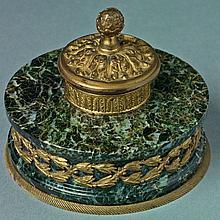 BEL ENCRIER circulaire en marbre vert, garniture en bronze d'une frise feuillagée et décor d'acanthes. Prise de main en forme de pom.