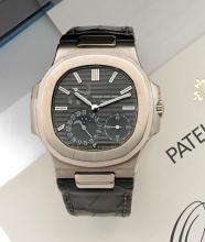 PATEK PHILIPPE NAUTILUS, réf. 5712G, n° 3176075/4448937, vers 2008 Belle montre bracelet en or blanc 18K (750). Boîtier coussin....