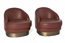 Paire de fauteuils Club Structure en bois, revêtu de cuir brun, piètement plaqué de laiton
