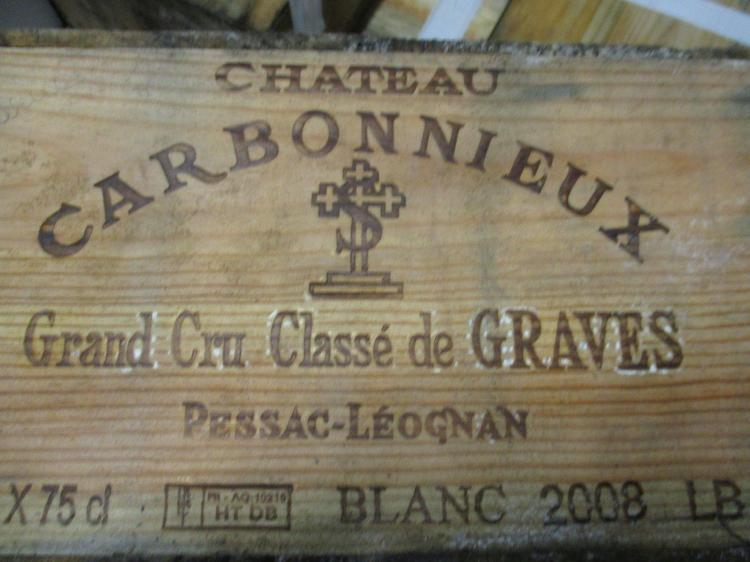 12 bouteilles CHÂTEAU CARBONNIEUX 2008 CC Pessac Léognan (blanc) (étiquettes très abimées) Caisse bois d'origine (abimée par l'humid.