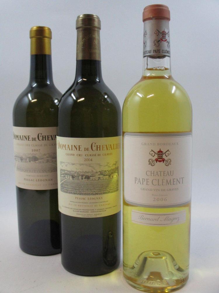 3 bouteilles 1 bt : CHÂTEAU PAPE CLEMENT 2006 Pessac Léognan (blanc)1 bt :  DOMAINE DE CHEVALIER 2004 CC Pessac Léognan (blanc)1 bt...