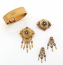 PARURE en or jaune composée d'un bracelet, d'une broche et d'une paire de pendants d'oreilles ornés chacun d'une rosace sertie de.