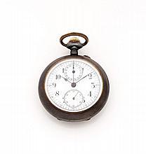 ANONYME Vers 1900 Chronographe bracelet en acier noirci. Cadran émail blanc (fêles) avec deux compteurs. Petite trotteuse à 6 he...