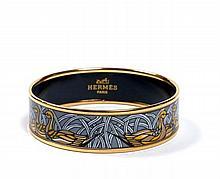 HERMES Paris made in austria Bracelet large en émail et métal plaqué or, à décor de canards sur fond bleu. Diam.: 6,5 cm.  A...